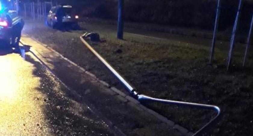 Bezpieczeństwo, Powalona latarnia drzewo finał wyczynów pijanego kierowcy Stanów Zjednoczonych - zdjęcie, fotografia